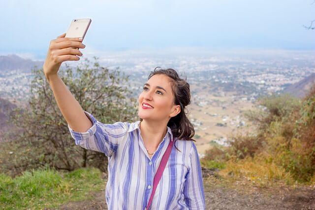 Nainen ottaa selfie kuvan